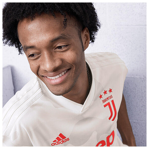Juan Cuadrado wears the 2019/20 Juventus away shirt
